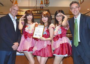 PRアンバサダーの任命書を手にする「OS☆U」のメンバー=名古屋市中区栄で