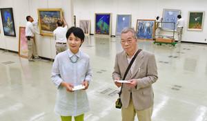 作品の配列を確認する上野さん(手前右)と藤井さん=福井市の県立美術館で