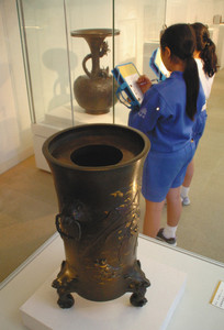 金工の名品を鑑賞する児童=高岡市美術館で