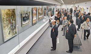 会場に並ぶ大作をじっくりと鑑賞する来場者たち=福井市の県立美術館で