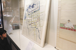 秀吉の肖像画などが並ぶ企画展=長浜市の曳山博物館で