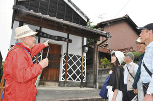 郷蔵の前で説明の予行演習をする探検隊メンバー=名古屋市守山区大森4で