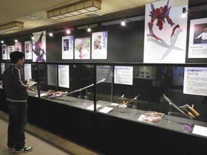 刀匠の作品が並ぶ「エヴァンゲリヲンと日本刀展」=伊勢市二見町三津の伊勢安土桃山文化村で