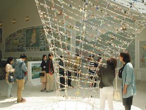 自然光が差し込む空間にモザイクタイルの製品が展示され、楽しい4階=いずれも岐阜県多治見市笠原町で