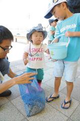 砂利入りの網袋を用意する参加者たち=いずれも浜松市西区舞阪町弁天島で