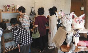 猫がモチーフの芸術作品や雑貨が並ぶ会場=可児市禅台寺で