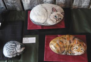 石に描いた「石猫」作品=可児市禅台寺で