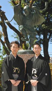 初代中村勘三郎生誕記念像の前に立つ勘九郎さん(右)と七之助さん=名古屋市中村区の中村公園で