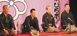 あいさつする新真打ちの林家ひろ木さん(左から2人目)と師匠の林家木久扇さん(同3人目)ら=名古屋市中区の大須演芸場で