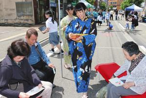 石動高茶道部員によるお茶席を楽しむ人たち=小矢部市石動町で