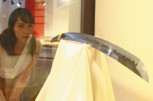 刀身に現れた刃文を鑑賞する来館者=関市南春日町の関鍛冶伝承館で