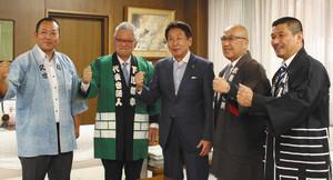 当日へ向けて意気込む下川さん(左から2人目)ら=岐阜市役所で