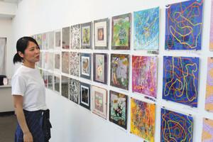 25センチ四方の平面で「遺伝子」を表現した作品=長浜市元浜町のギャラリー楽座で