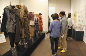 ドラマ撮影で使用された衣装や世界観を解説するパネルなどが並ぶ会場=いずれも富山市舟橋南町の高志の国文学館で