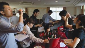 試飲会でワインの味を確かめる飲食店関係者やソムリエら=松本市内で