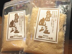 新たに発売した黄金色の塩「こがね山塩」=大鹿村で