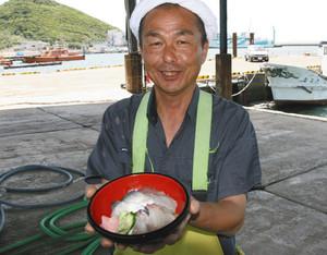 渥美魚市場で自慢の地魚丼を手にする清田幸広さん=愛知県田原市で