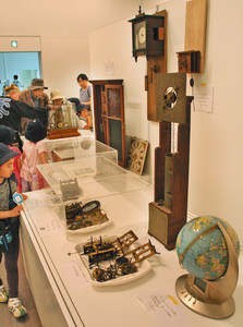 会場に並ぶさまざまなアンティーク時計=金沢21世紀美術館で