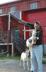 農家民宿を開業し、ヤギと触れ合う小栗伸幸さん=穴水町甲で
