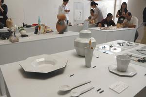 信楽焼や革製品、木彫アクセサリーなどが並ぶ会場=県庁で