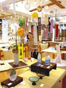風鈴を中心に夏らしいガラス作品が並ぶ会場=富山市古沢の富山ガラス工房で