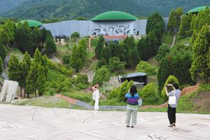 巨大なすり鉢状の「楕円形のフィールド」=いずれも岐阜県養老町の養老天命反転地で
