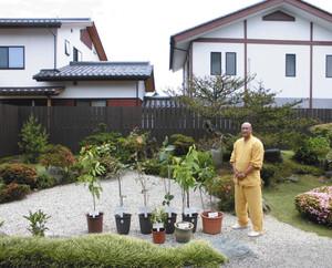 中庭を整備し五大聖樹をそろえた志村慧雲住職=射水市戸破で