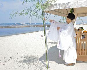 晴天の下、海水浴シーズンの安全を祈って営まれる神事=南知多町日間賀島で