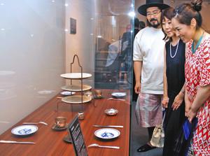 内覧会で展示品に見入る来場者=掛川市下俣の資生堂アートハウスで
