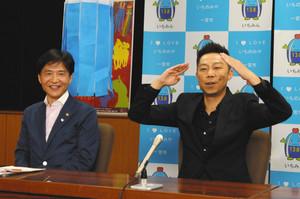 中野市長(左)と会見に臨み、七夕まつりで披露するダンスの振り付けを紹介するEXILEのUSAさん=一宮市役所で
