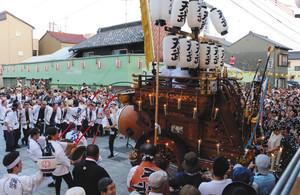 祭車が順に春日神社へ練り込んでいく渡祭=昨年8月7日、桑名市本町で