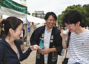 東海3県の酒蔵が作った日本酒の飲み比べを楽しむ人たち=名古屋市中区の名古屋城で