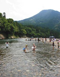 種まき権兵衛の里前の銚子川で元気に水遊びをする子どもたち