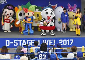 JIMOキャラ総選挙で1位に輝いた四日市市のこにゅうどうくん(中央右)ら上位入賞したキャラクター=名古屋市東区のナゴヤドームで