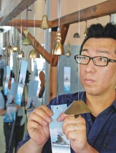 新高岡駅に飾られた高岡銅器の風鈴=高岡市下黒田で