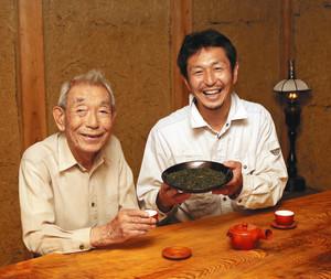 「蔵カフェ」で体験メニューをPRする伊藤さん(右)=いなべ市大安町石榑南で