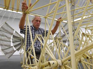 展覧会に向け会場で準備を進めるテオ・ヤンセンさん=津市大谷町の県立美術館で