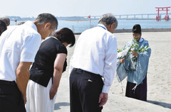 海水浴シーズンの安全を祈願する関係者ら=いずれも浜松市西区の弁天島海浜公園で