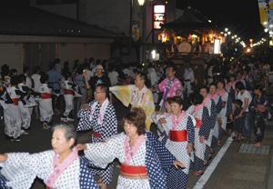 白鳥おどりが開幕し、おはやしに合わせて踊る人たち=郡上市白鳥町で