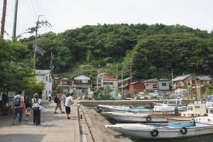 沖島を訪れる人でにぎわっていた沖島漁港=滋賀県近江八幡市で