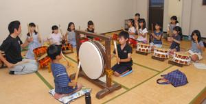 おはやしの稽古をする中町四番町の子どもたち=三重県亀山市関町中町の関まちなみ文化センターで