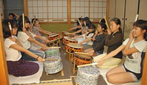 小太鼓の練習をする木崎祭り保存会の子どもたち=三重県亀山市関町木崎で