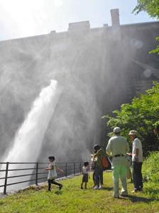 毎秒5トンの放水の様子も見ることができた見学会=飯田市上飯田の松川ダムで
