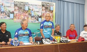 イベントへの思いを語る国松元知事(左から3番目)ら実行委のメンバー=大津市内で