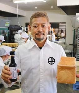 甘酒入り食パンと「パンにかける醤油」をPRする新出純一社長=金沢市浅野本町で