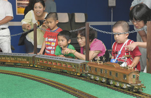 故・原信太郎さんが製作した「或る列車」の模型に見入る家族連れ=名古屋・名駅のジェイアール名古屋高島屋で
