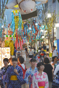七夕飾りなどが風になびき、夜の街を彩った水都まつり=大垣市本町で
