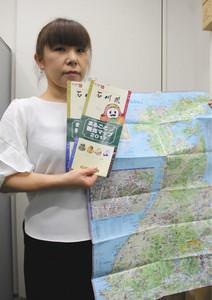 県内の観光施設などが網羅されたパンフレット=県庁で