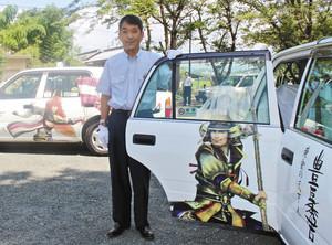 新たに運行する豊臣秀吉のラッピングタクシー(手前)。左奥は石田三成=米原市の観音寺で