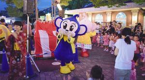 キャラクターと盆踊りを楽しむ来場者=犬山市の日本モンキーパークで